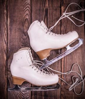 Patins de couro branco feminino para patinação artística