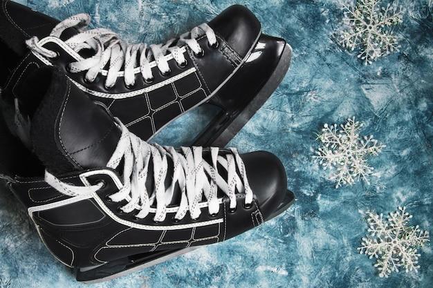 Patins de hóquei no gelo e puck símbolo dos torneios de natal de inverno