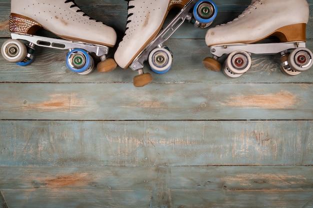 Patins de rolo artísticos em um fundo de madeira