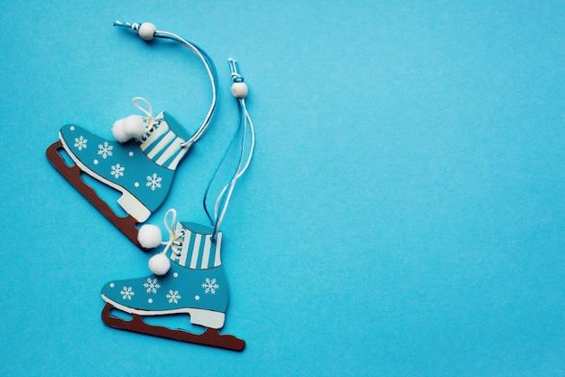 Patins decorativos de natal em um fundo azul