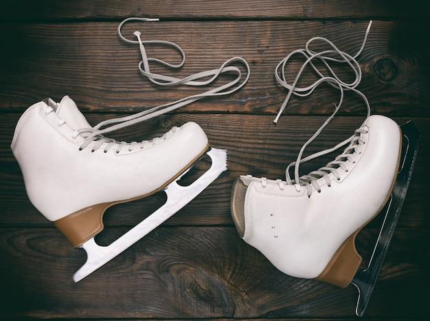 Patins femininos brancos velhos para patinação artística com atacadores ilimitados