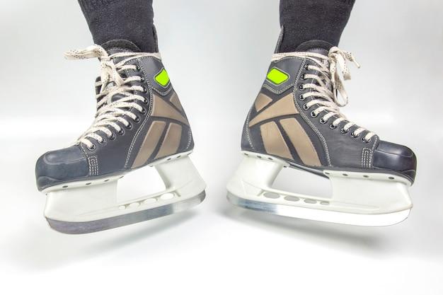 Patins masculinos para patinação no gelo em fundo branco