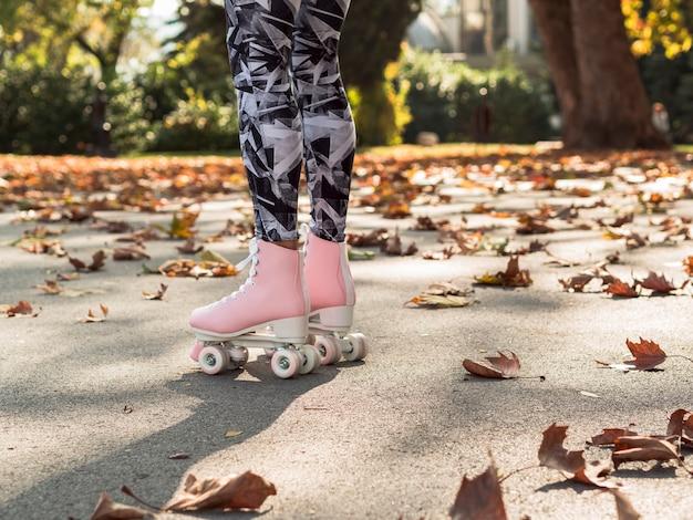 Patins na calçada com folhas