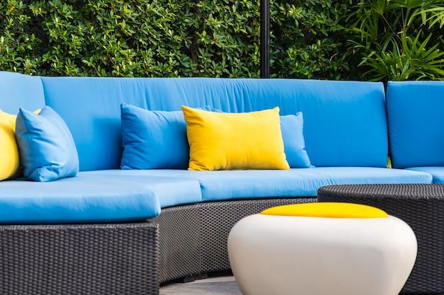 Pátio ao ar livre no jardim com cadeira de sofá e decoração de travesseiro