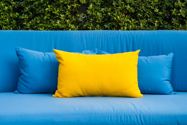 Pátio ao ar livre no jardim com sofá e travesseiros