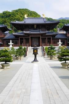 Pátio central do templo budista e do convento de chi lin na cidade de kowloon, hong kong.