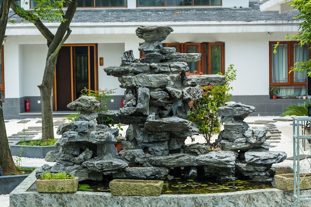 Pátio com uma fonte de pedra