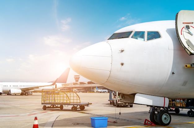 Pátio da pista do aeroporto e aeronaves de passageiros