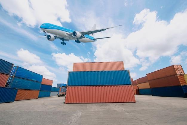 Pátio de contêineres industriais para negócios de logística e exportação de importação de aeronaves de transporte
