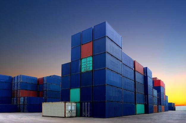 Pátio de contêineres no ramo de importação e exportação