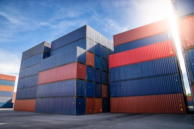 Pátio de contêineres para logística, importação e exportação conceito.