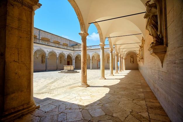 Pátio do mosteiro com colunas