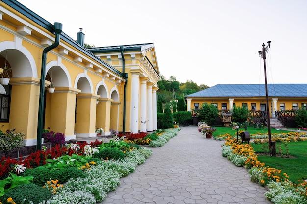 Pátio do mosteiro de hancu em meio à vegetação na moldávia