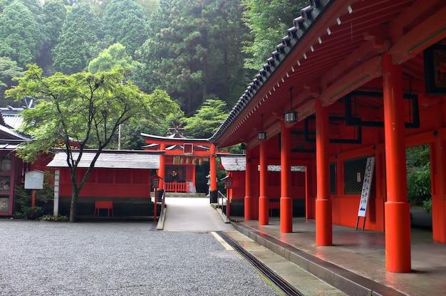 Pátio interno em templo japonês em área montanhosa