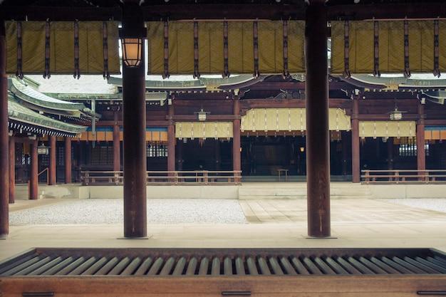 Pátio interno vazio do templo japonês