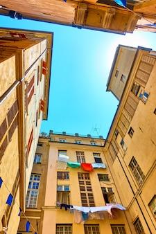 Pátio pitoresco com roupa para secar na cidade velha de gênova, itália