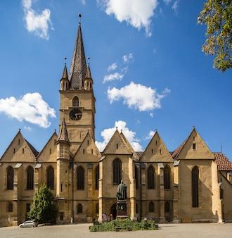 Pátio principal da catedral luterana de santa maria em romeno sibiu