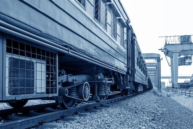 Pátios de carga, trens e pontes rolantes.