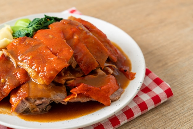 Pato à pequim ou pato assado em molho vermelho de churrasco - comida chinesa