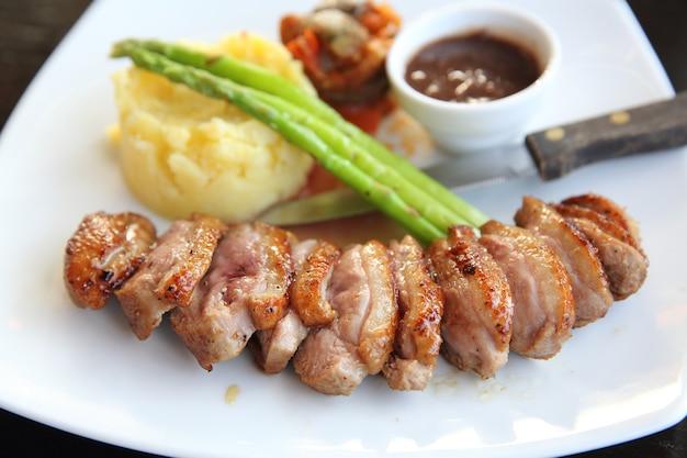 Pato assado apetitoso confitado com batata e cebola