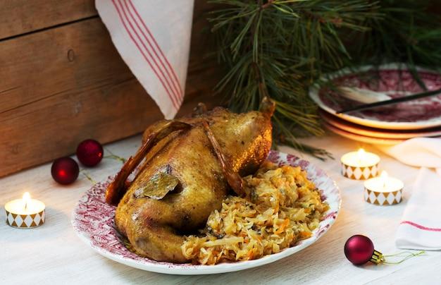 Pato assado com couve em uma decoração festiva. estilo rústico.