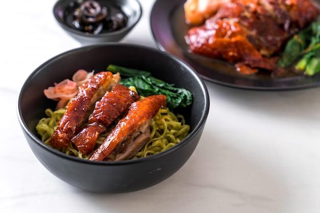Pato assado com macarrão de legumes