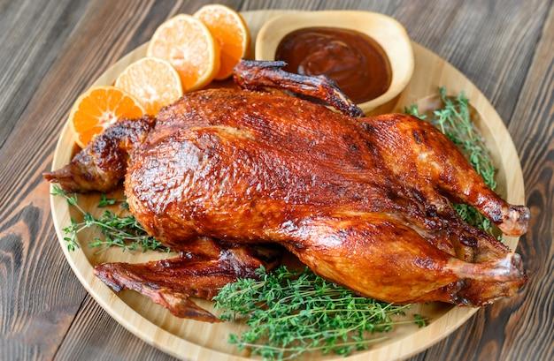 Pato assado na bandeja de madeira