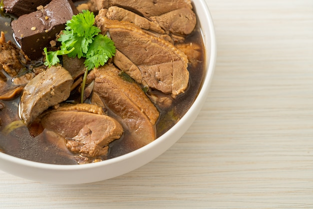 Pato cozido em panela ou pato no vapor com molho de soja e especiarias - comida asiática
