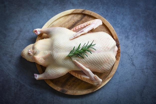 Pato cru pronto para cozinhar em superfície escura