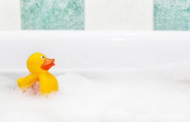 Pato de borracha em banho de espuma