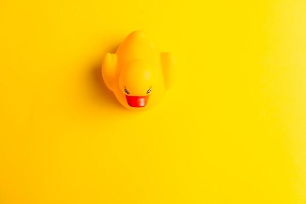 Pato de borracha em fundo amarelo