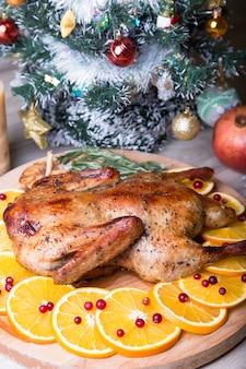 Pato de natal com laranjas e cranberries inteiros assados.