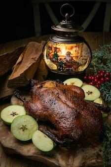 Pato de natal delicioso assado com maçãs