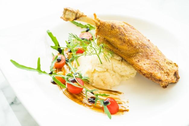 Pato de perna frita com salada de batata