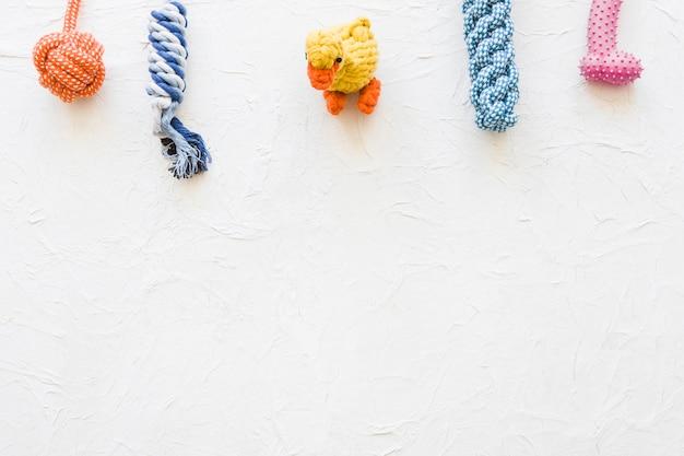 Pato perto de brinquedos para animais de estimação
