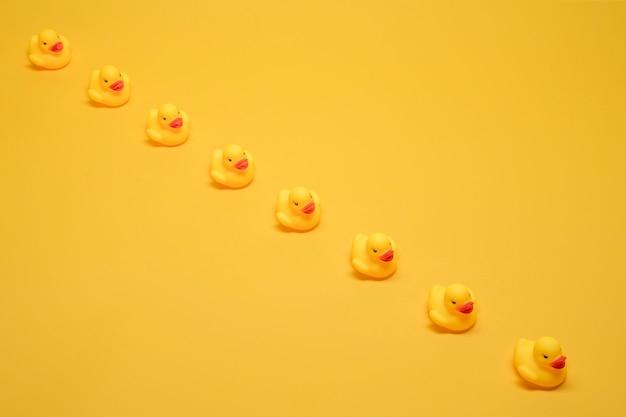 Patos de banho em uma fileira