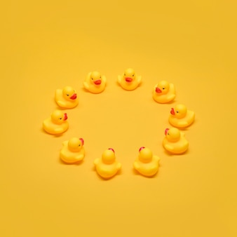 Patos de banho, formando um círculo