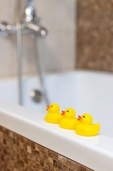 Patos para dar banho no bebê no banheiro