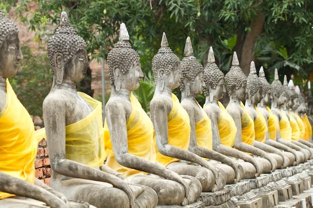 Património mundial da unesco, antigo buda em wat yai chai mongkhon de ayuthaya, tailândia