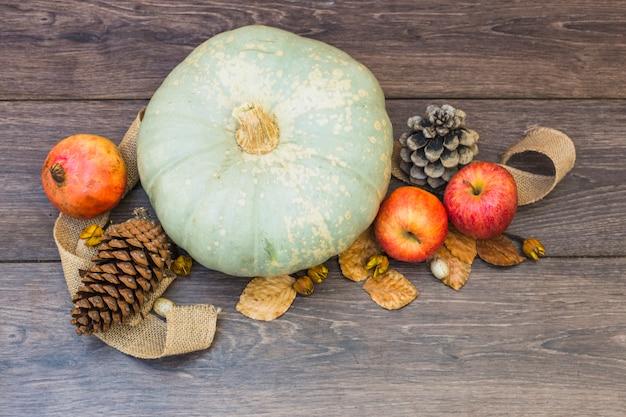 Pattypan squash com cones na mesa de madeira