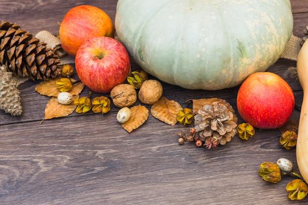 Pattypan squash com maçãs vermelhas na mesa