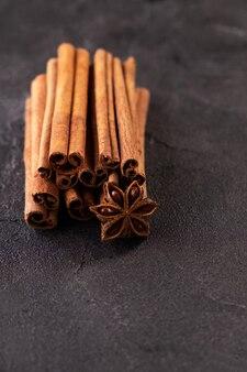 Pau de canela e especiarias de anis estrelado em fundo preto