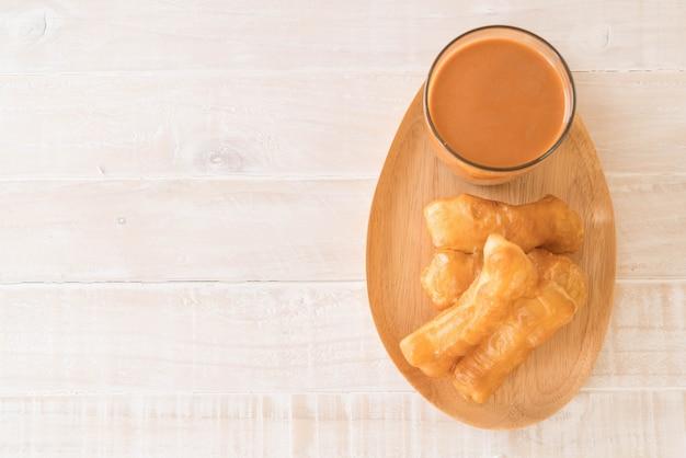Pau de massa frita com chá de leite