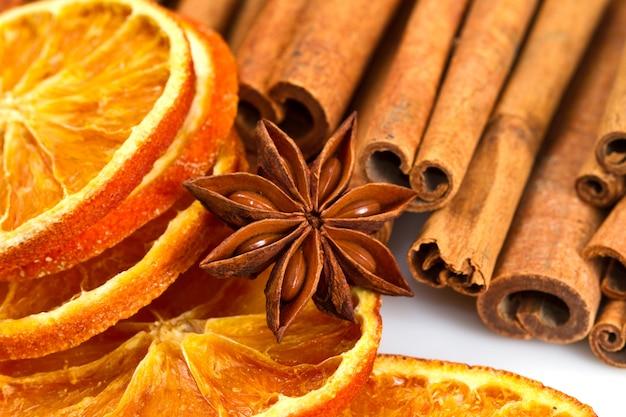 Paus de canela, anis estrelado e cortes de laranja secos