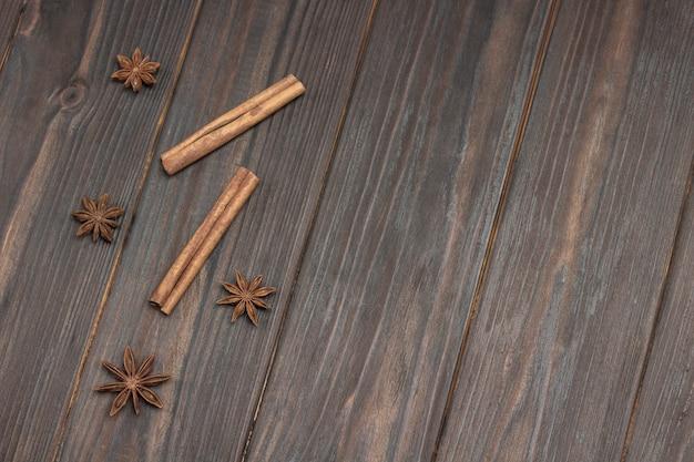 Paus de canela e anis estrelado. fundo de madeira escuro.