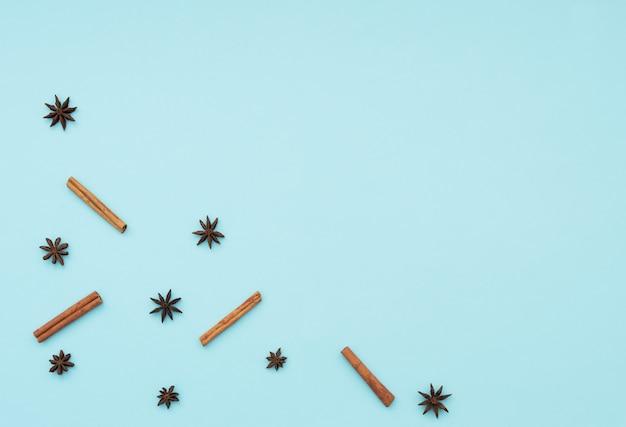 Paus de canela e estrelas de anis. conceito de cozinha. especiarias de inverno e férias. postura plana