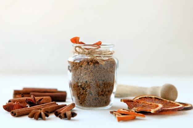 Paus de canela, laranjas secas e anis estrelado com garrafa de açúcar mascavo com profundidade de campo rasa