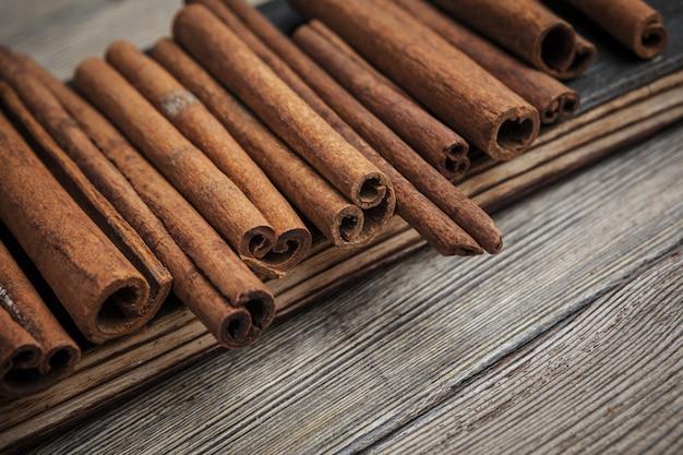 Paus de canela na madeira.
