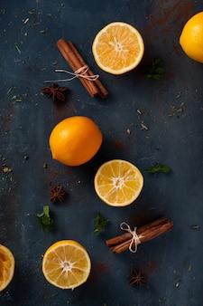 Paus de canela vista superior com laranja em cima da mesa