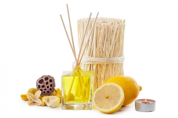 Paus de fragrância ou difusor de perfume de garrafa com limão